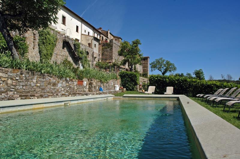 Il giardino e la piscina del nostro hotel nella campagna toscana di ...
